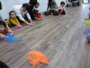 ヴァイオリンリトミック 2歳・3歳クラス 床をゴシゴシ