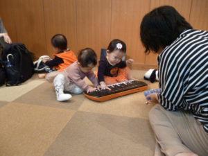 キーボードで遊ぼう リトミック 旗の台 ベビークラス
