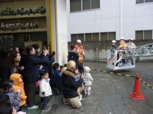 はしご車が上がるよ 大田区 リトミック サークル 田園調布消防署訪問